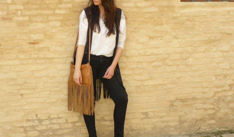 Bag with fringes and vest: a spring look!