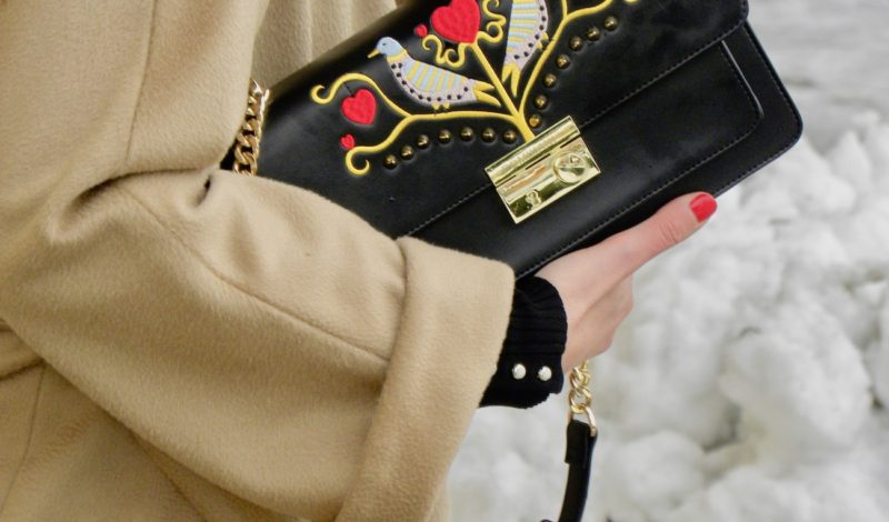 Embroidered Pomikaki bag for a basic winter look!