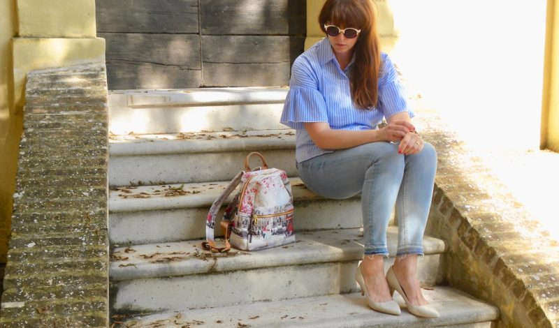 Wide striped shirt and printed accessories: how to combine them in a look!