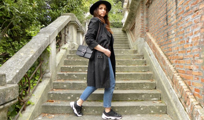 How to dress this spring: black trench coat for an April look!